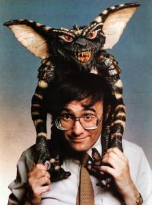 Joe Dante con una de sus criaturas.